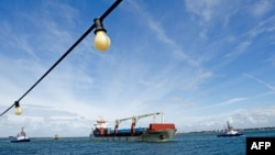 Китайский контейнеровоз Yong Sheng прибывает в порт Роттердама, 10 сентября 2013 года