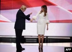 Donald Trump həyat yoldaşı Melania Trump ilə qurultay səhnəsində