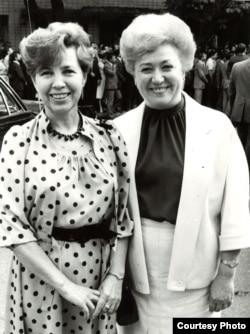 Галина Менжерес з Раїсою Горбачовою, дружиною генерального секретаря КПРС Михайла Горбачова. Київ, 1987 рік