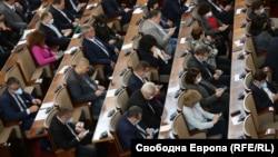 Депутатите приеха ветото на президента върху закона, който гласуваха в спешен порядък в петък късно вечерта