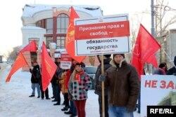 Участники пикета против запрета акций протеста на площади Новособорной в Томске