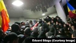 Демонстранты ворвались в здание парламента Молдавии