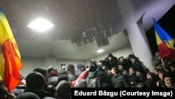 Молдова. Ҳукумат уйига бостириб кирган норозилар, 20 январь, 2016 йил.