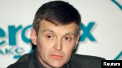 Aleksandr Litvinenko, then an officer of Russia's Federal Security Service, attends a news conference in Moscow in November 1998.
