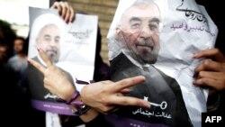 إيرانيات مؤيدات للمرشح الرئاسي حسن روحاني بعلامة النصر