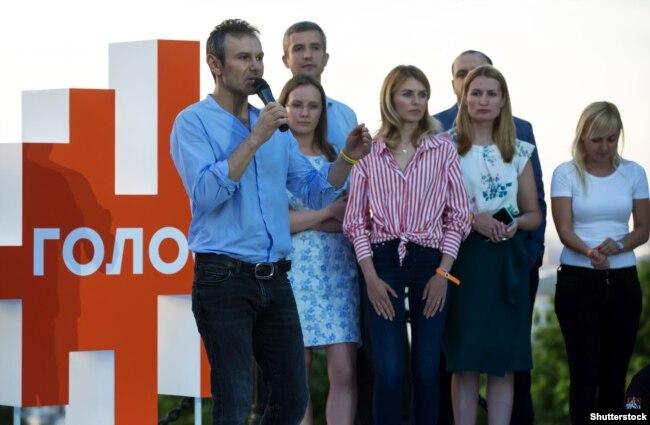 Лідер партії «Голос» Святослав Вакарчук зі своїми однопартійцями. Київ, червень 2019 року