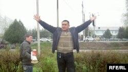 Аманбай Сатыбаев Оштогу жыйындан соң отургучка чыгып алып, сөз сүйлөөдө. 27-март, 2009-жыл.