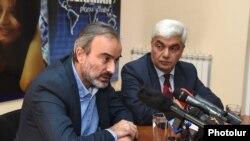 Жирайр Сефилян (слева) и Степан Григорян на пресс-конференции, Ереван, 13 ноября 2018 г.