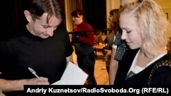 Сергей Жадан раздает автографы