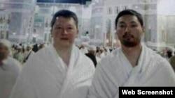 """Фотография с подписью """"Тимур Кулибаев и Кенес Ракишев во время хаджа в Мекке"""" опубликована на сайте megakhuimyak.livejournal.com"""