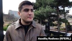 Освобожденный из тюрьмы блогер Мехман Гусейнов на кладбище, где похоронен журналист Эльмар Гусейнов. Баку, 2 марта 2019 года.