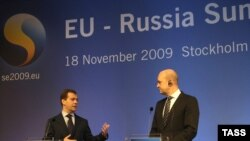Swedish Prime Minister Fredrik Reinfeldt (R) and Russian President Dmitry Medvedev, 18Nov2009