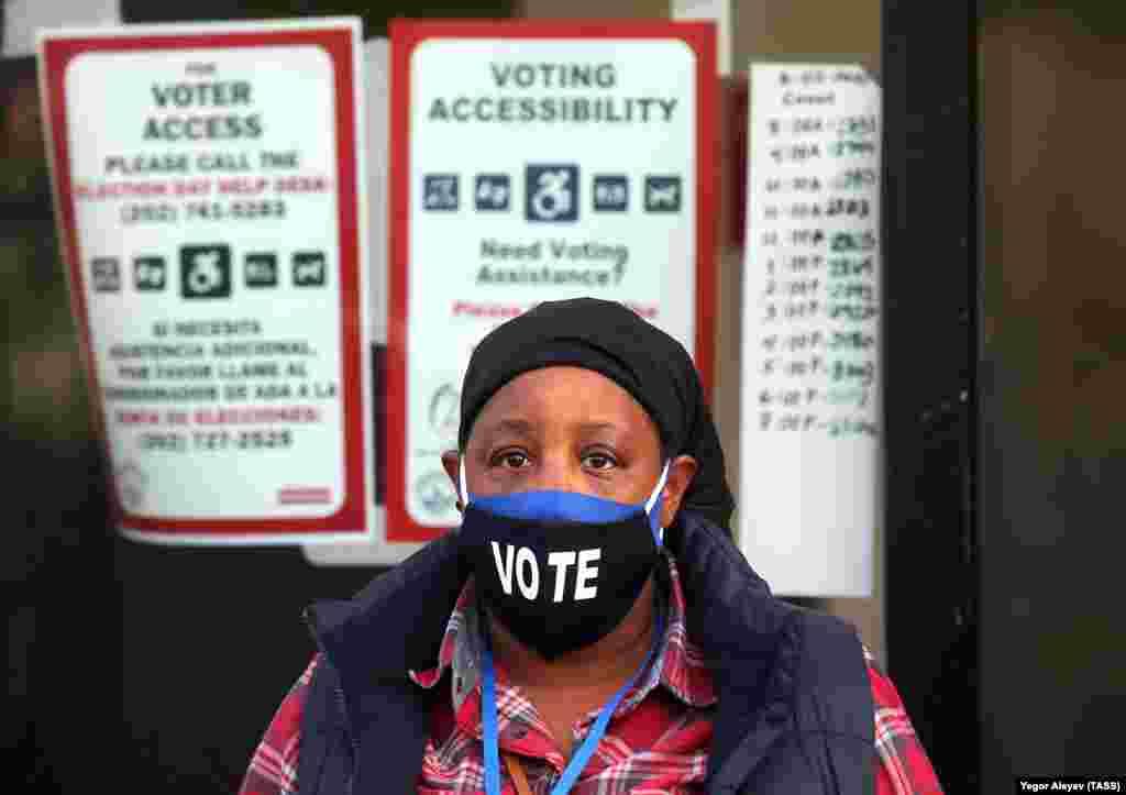 Виборець біля виборчої дільниці у Вашингтоні