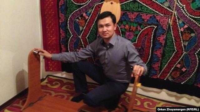 Өздігінен тербелетін бесік ойлап тапқан өнертапқыш Серікбол Шәймардан. Астана, 4 қаңтар 2014 жыл.