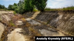 Высушенный канал в районе села Ишунь Красноперекопского района в Крыму. Июнь 2018 года