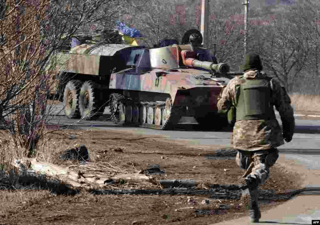 Українська САУ неподалік Артемівська, 22 лютого 2015 року