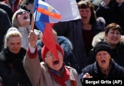 Учасники проросійського мітингу в Донецьку, 22 березня 2014 року