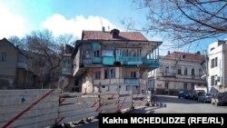 სამშენებლო სამუშაოები და ძველი შენობა თბილისში