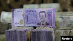 Курсът на сирийската лира на черния пазар е паднал пет пъти от началото на годината, подсилвайки икономическата криза в страната