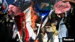 """Исламисты жгут французский флаг в Пешаваре в знак протеста против публикации нового номера """"Шарли Эбдо"""""""