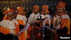 Նիդերլանդներ - Մարդիկ Թագավորական պալատի մոտ պատրաստվում են տոնել Թագուհու օրը, երբ նախատեսված է նաեւ Բեատրիքսի կողմից գահի փոխանցումը որդուն, Ամստերդամ, 30-ը ապրիլի, 2013թ.