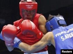 60 килограмм салмақ дәрежесі бойынша рингке шыққан Қазақстан боксшысы Ғани Жайлауов (сол жақта) таиландтық спортшы Саилом Ардеемді жеңді. Лондон, 29 шілде 2012 жыл.