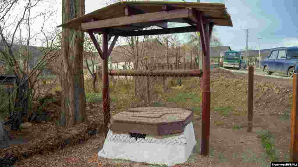 Один із чотирьох сільських колодязів, з яких не беруть воду через замулення.  «Ми знайшли фахівця, щоб почистив цей колодязь. Майже 10 тисяч рублів зібрали для цього», – розповіла місцева жителька. За її словами, Синапне поки користується водопроводом із Загірського водосховища