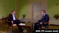 Журналіст Хайо Зеппельт під час інтерв'ю з міністром спорту Росії Віталієм Мутком