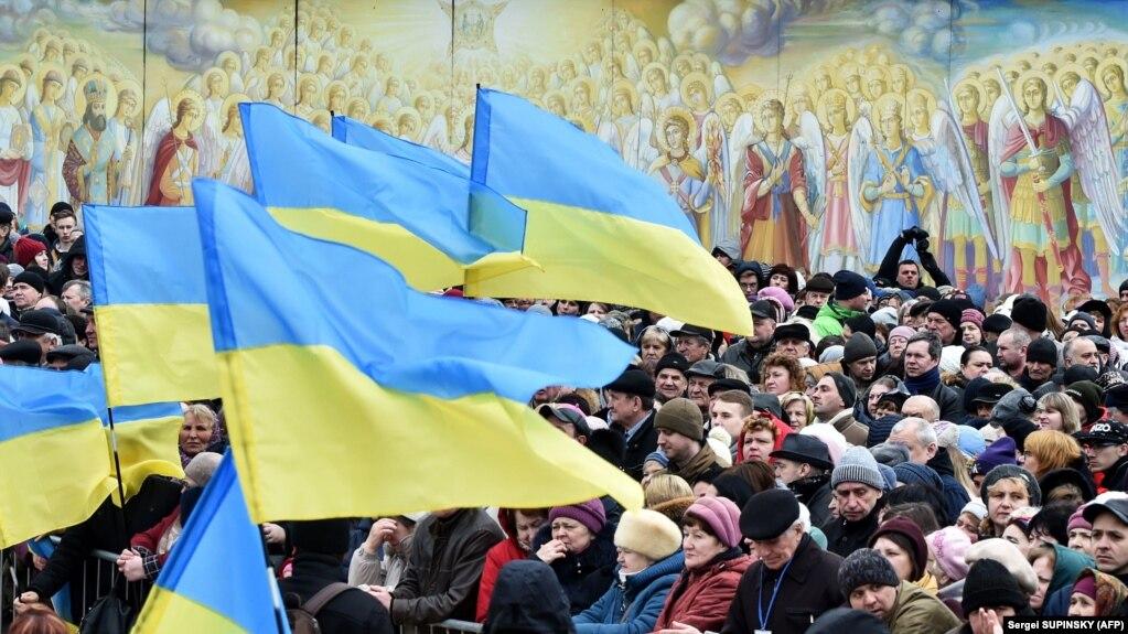 Люди на площі біля Михайлівського Золотоверхого монастиря в Києві, що належить Православній церкві України (архівне фото)
