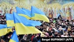 Люди на площі біля Михайлівського Золотоверхого монастиря в Києві, що належить Православній церкві України (ПЦУ). Березень 2019 року