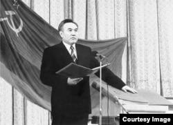 Нурсултан Назарбаев дает присягу в качестве президента на первой своей инаугурации. 1991 год.