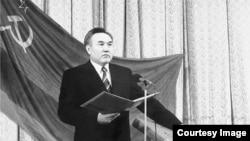 Нұрсұлтан Назарбаевтың 1991 жылғы инаугурацияда ант беріп тұрған сәті. (Сурет Ақорда сайтынан алынды.)