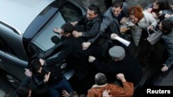 """Участники акции догоняли отходивших """"националов"""" и били их чем попало – руками, ногами. Глава МВД четко заявил, что все виновные – и провокаторы, и нападавшие – будут наказаны"""