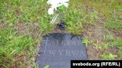 Нямала на могілках асобна ўкапаных невялікіх шыльдаў-надгробкаў. На кожным імя загінулага салдата. Адзін з надгробкаў