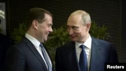 Президент России Владимир Путин (справа) и премьер-министр России Дмитрий Медведев.