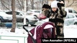 Ал эми кыргызстандык кыз-келиндер Орусияга барып, бала багуучу болуп иштейт. Сүрөттө: Москвадагы мигранттар.