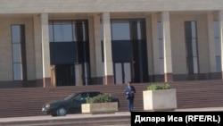 У административного здания в городе Туркестан.