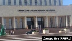 У теперь уже бывшего здания акимата Туркестанской области в городе Шымкенте. 17 августа 2018 года.