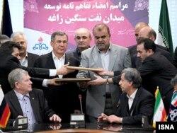 تصویر منتشر شده در خبرگزاری ایسنا مربوط به مراسم امضای قرارداد توسعه میدان نفت سنگین زاغه