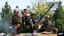 Кыргызские военные патрулируют улицы города Ош. 14 июня 2010 года.