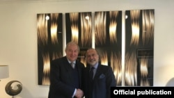 Оливье Дассо (ўнгда) Арманистон президенти Армен Саркисян билан. 2018 йилда олинган сурат.