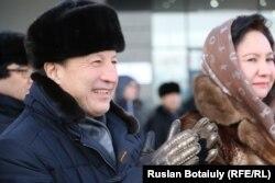 Адильбек Джаксыбеков (слева) в бытность акимом столицы на открытии Года Ассамблеи народа Казахстана. Астана, 6 февраля 2015 года.