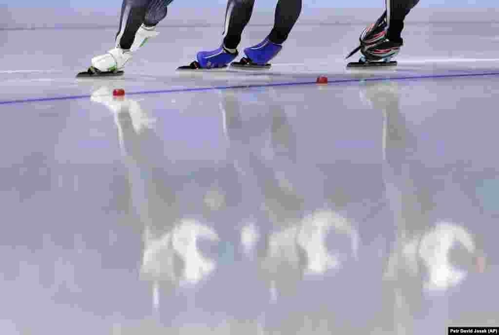 Ковзанярський спорт: команда Японії у складіМіго Такаґі (по центру), Аяка Кікучі(праворуч) і Нана Такаґі (ліворуч) відображаються на льоду під час півфінальної жіночої командної гонки