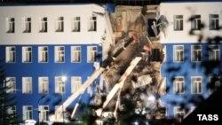 Разрушенные перекрытия казармы в Омске