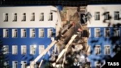 Часть обрушившегося здания казармы в Омской области России. 13 июля 2015 года.