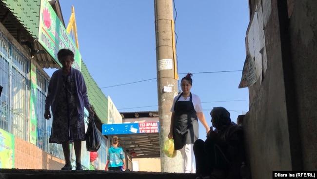 Jer asty ótkelinde qaıyr surap otyrǵan áıel. Shymkent, 9 qazan 2019 jyl.