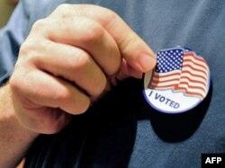 """Birač sa bedžom na kojem se nalazi američka zastava ispod koje piše """"Ja sam glasao"""" - ilustracija"""