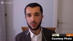 Сын имама Довудхон общается по скайпу с журналистом «Озодлик» (Узбекской редакции радио «Свобода») в Праге Барно Анвар.