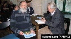 Паэты Кастусь Севярынец (зьлева) і Ўладзімер Папковіч