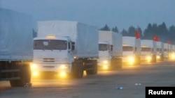 Колонна российских грузовиков двигается к границе с Украиной
